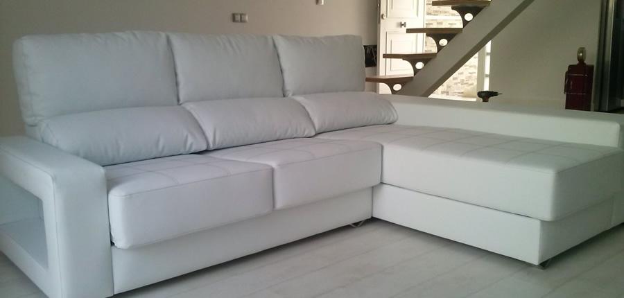Modelo 3 plazas con chaiselongue, de líneas rectas en el que destacan las delicadas costuras en asiento y puffs incorporados bajo reposabrazos.