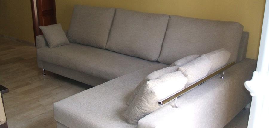 Modelo 3 plazas con chaiselongue, moderno y dotado de elegantes detalles metálicos en brazo de chaiselongue, así como patas metálicas.