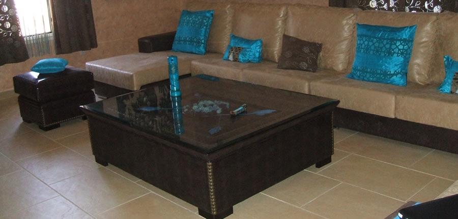 Espectacular modelo de 9 plazas rinconera de medidas especiales, con puff y mesa tapizada a juego