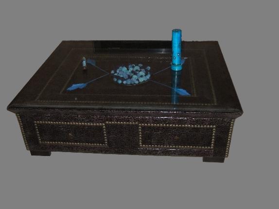 Mesa tapizada con tachuelas decorativas