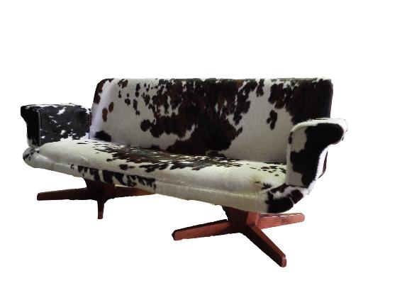 Sofá francés años 70 tapizado en piel de toro normando