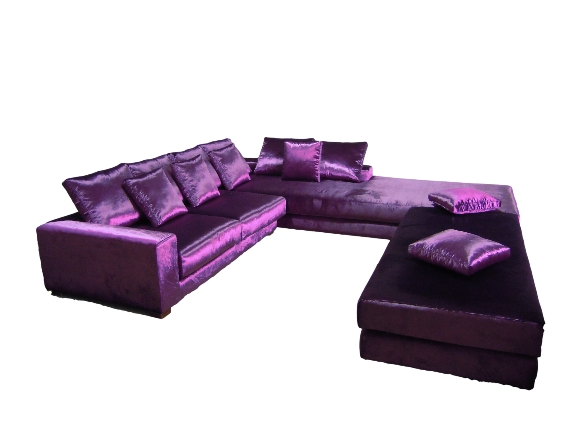Sofisticado sofá 8 plazas con chaiselongue de dimensiones espectaculares acompañado de puffs de simil características.