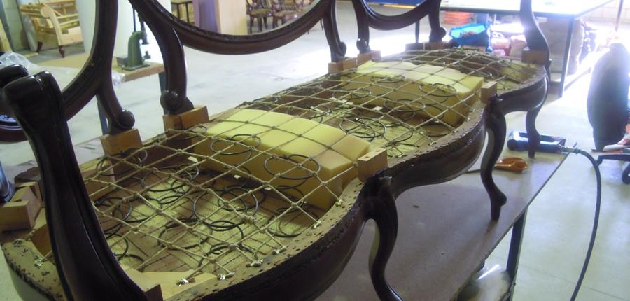 Preparación base de asiento de sofá con muelles