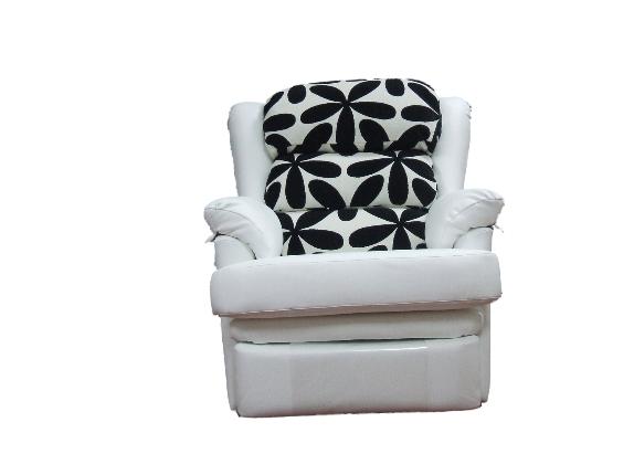 Moderna butaca relax con asiento y respaldo acolchado, proporcionando sensación de confort.