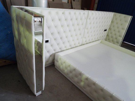 Base de cama y cabecero con marcos de espejo