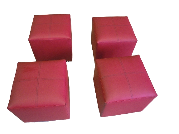 Puffs tapizado en piel sintética con mesa a juego.