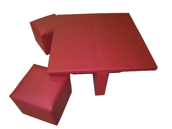 Mesa tapizada en piel sintética con puffs a juego.